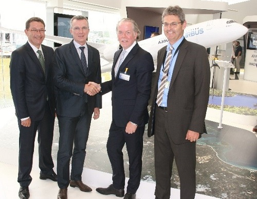 De izquierda a derecha: Amos Liebermann, Director de cuentas aeroespaciales estratégicas deStratasys; Olivier Cauquil, Director de obtención de piezas y materiales de Airbus y president de Airbus Group Material Board; Andy Middleton, Presidente de EMEA de Stratasys; Mark Walker, Vicepresidente de  estrategia de obtención de, Airbus